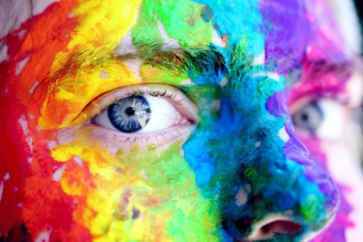 Visage recouvert de peinture de différentes couleurs