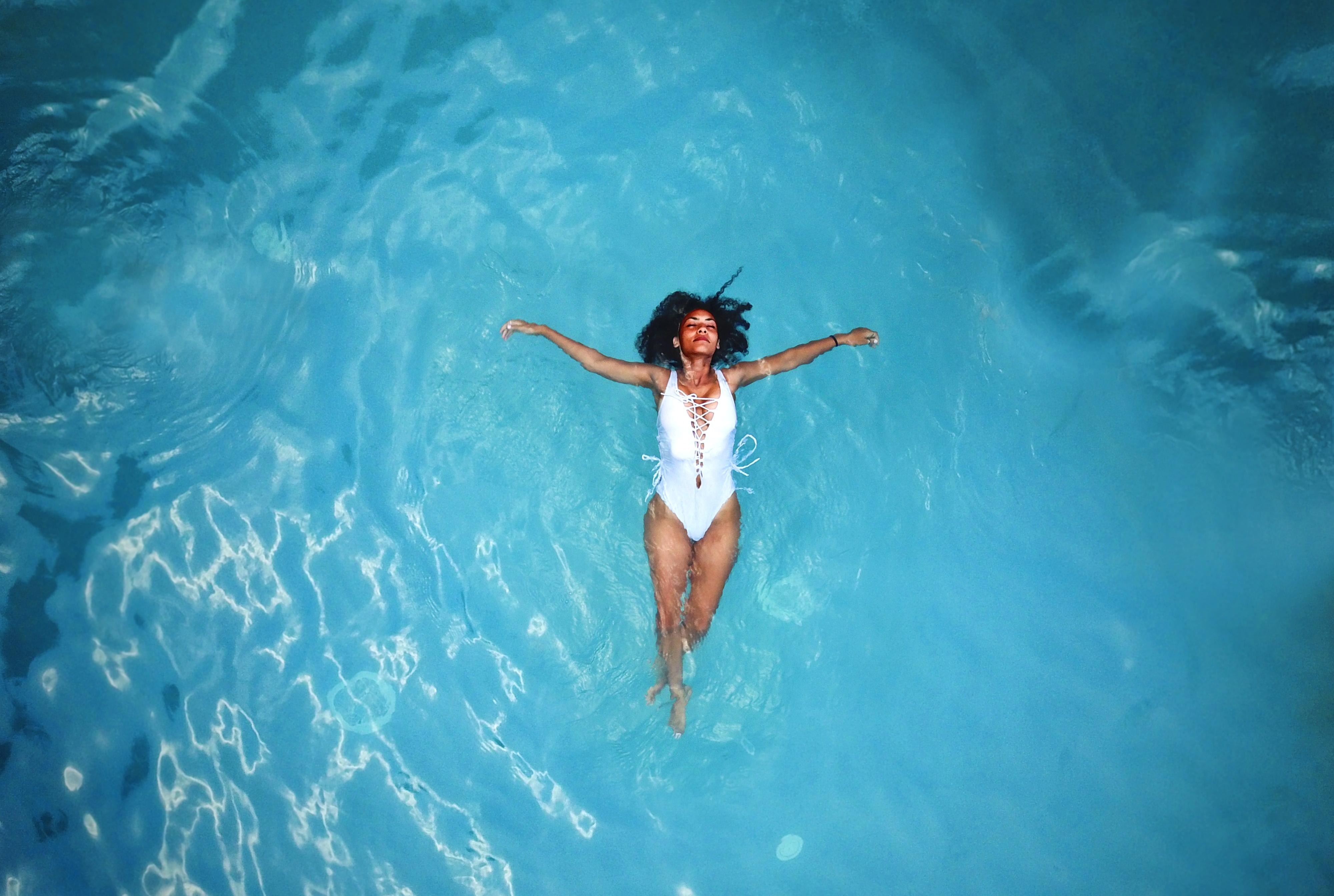 Femme se baignant dans la mer bleue.