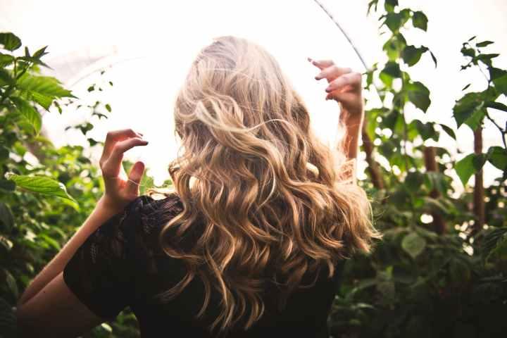Hairspray 100% naturel, économique et facile pour des cheveux ensanté